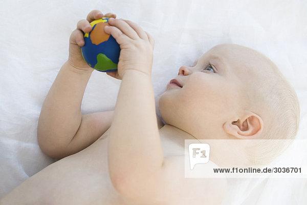 Kleiner Junge hält einen Ball
