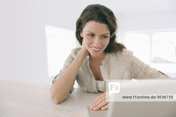 Frau beim Betrachten eines Laptops