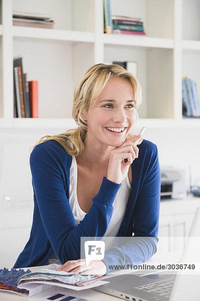 Geschäftsfrau wählt Farbmuster und lächelt