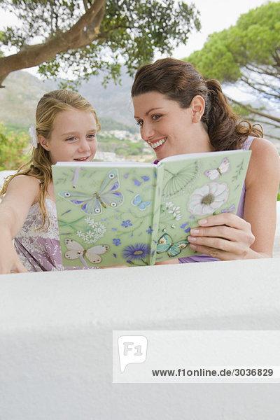 Frau unterrichtet ihre Tochter