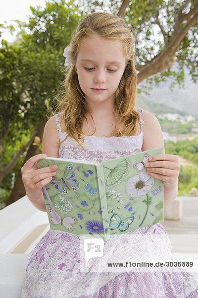 Mädchen beim Lesen eines Buches