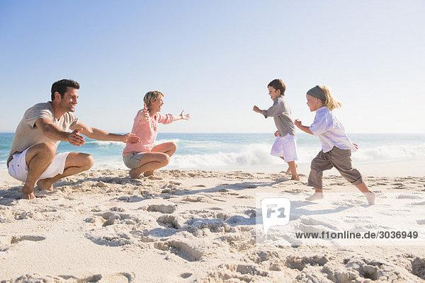 Familie genießt Urlaub am Strand