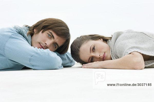 Paar auf dem Boden liegend