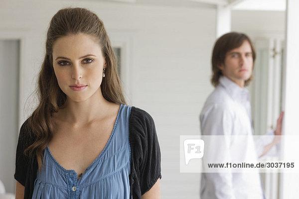 Porträt einer Frau mit einem Mann im Hintergrund