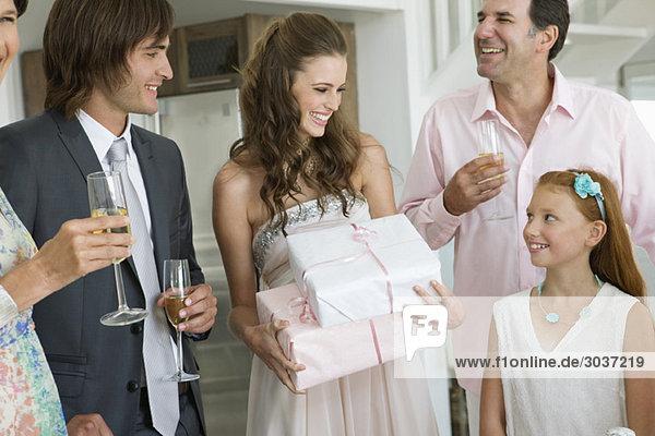 Braut erhält Geschenke von Gästen einer Party