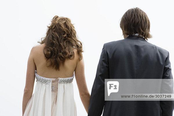 Rückansicht eines frisch verheirateten Paares