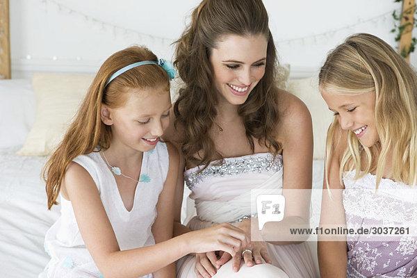 Braut zeigt Mädchen ihren Ehering