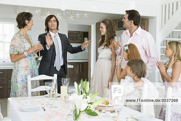 Neuvermähltes Paar genießt mit Gästen in einer Party