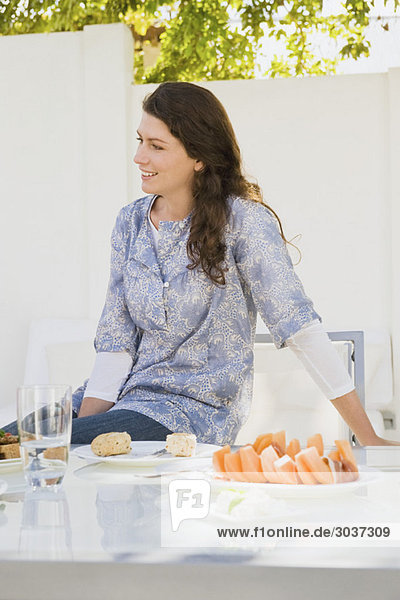 Frau beim Frühstück am Tisch