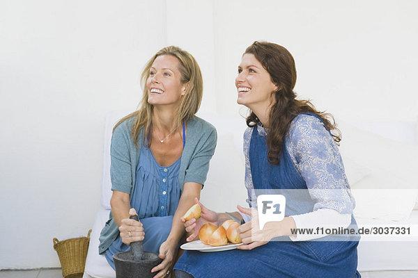 Zwei Frauen  die zu Hause Essen zubereiten