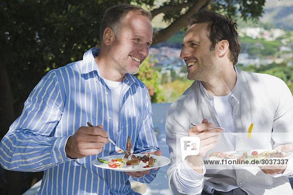 Zwei Freunde essen Obstsalat