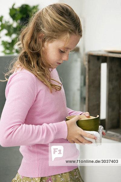 Mädchen hält eine Schale mit Essen in der Hand