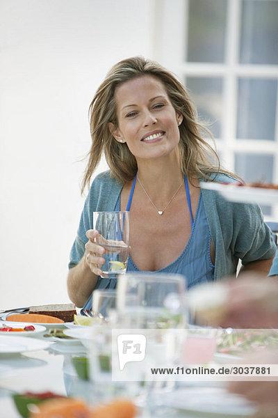 Frau beim Frühstück am Esstisch