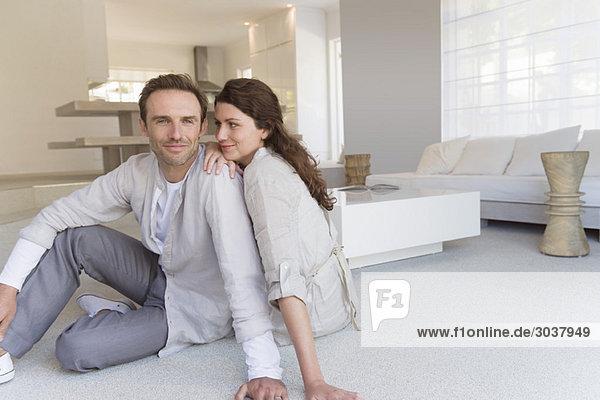 Paar auf dem Boden sitzend