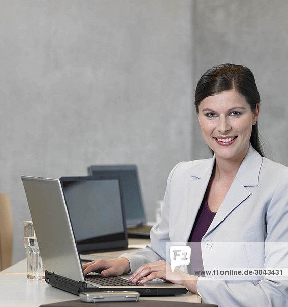 Geschäftsfrau mit Laptop  lächelnd