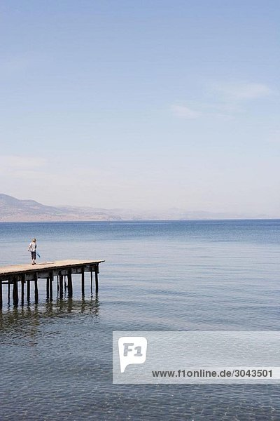 Junge mit Tauchnetz am Pier