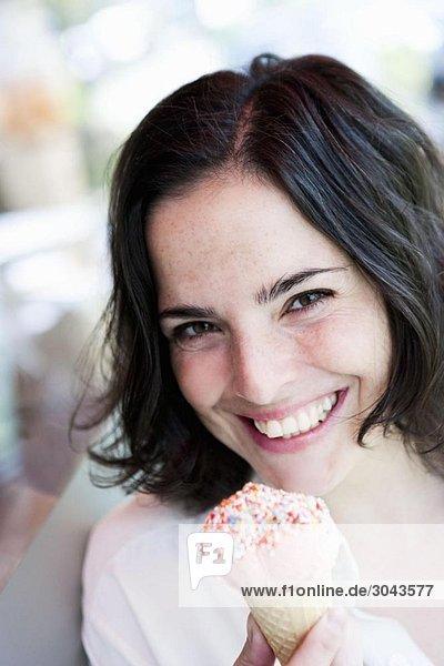 Frau isst Eiscreme Frau isst Eiscreme