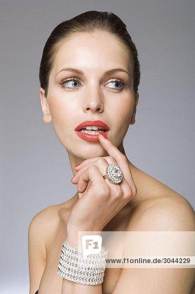 Weibliches Schönheitsmodell mit Schmuck