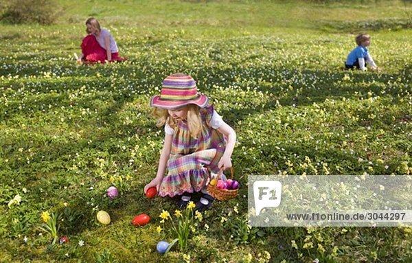 Mädchen findet Ostereier