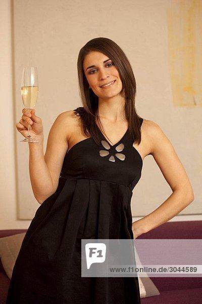 Junge Frau mit einem Glas Champagner