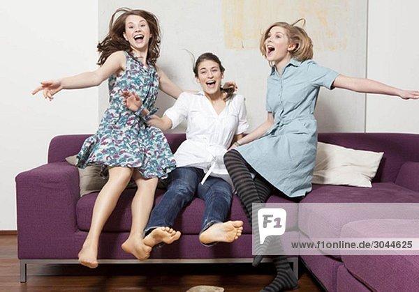 Drei Frauen springen und jubeln