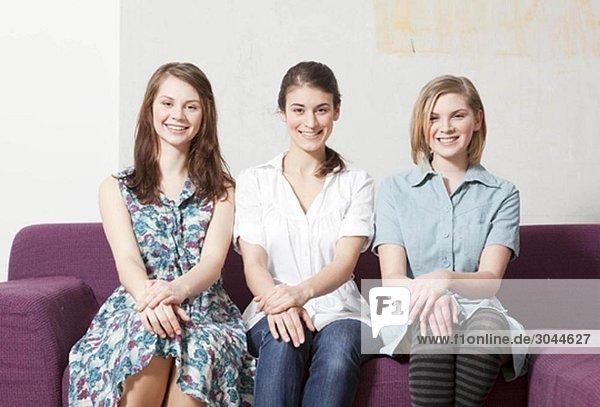 Drei Frauen auf einem Sofa