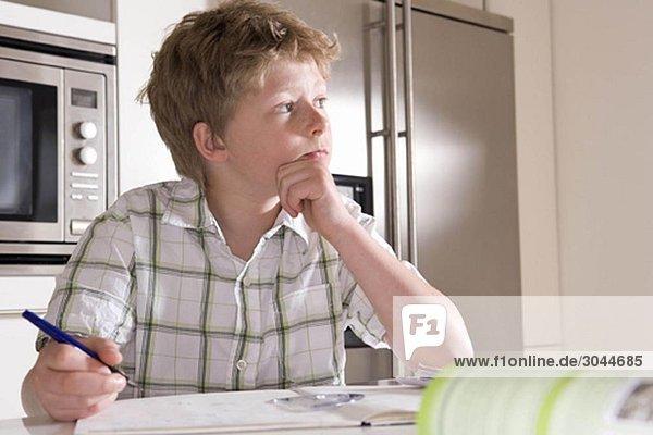 Junge 11  zu Hause lernen