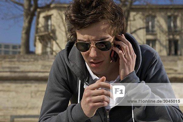 Mann spricht am Handy