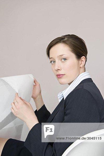 Eine Geschäftsfrau mit Computerpapier