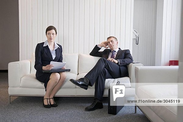 Ein Geschäftspaar wartet an der Rezeption