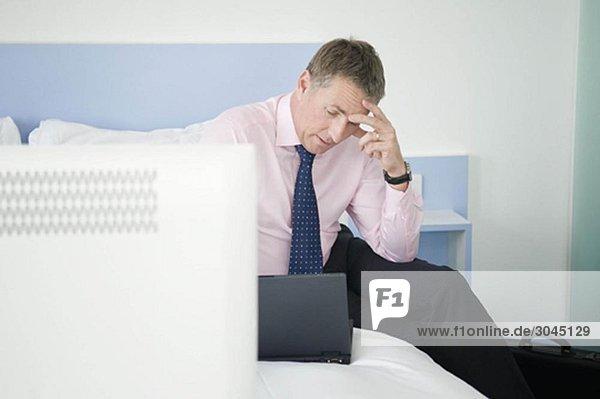 Ein Porträt eines gestressten Geschäftsmannes