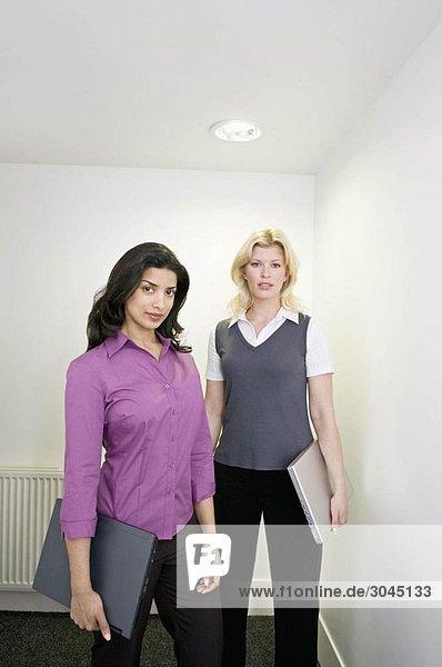 Zwei Geschäftsfrauen im Flur
