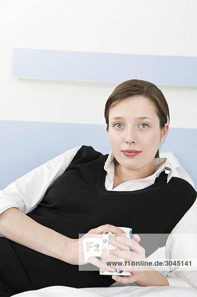 Geschäftsfrau entspannt in ihrem Schlafzimmer