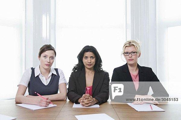Ein Porträt von drei Geschäftsfrauen