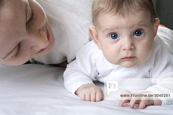 junge Mutter spielen mit ihrer Tochter Baby