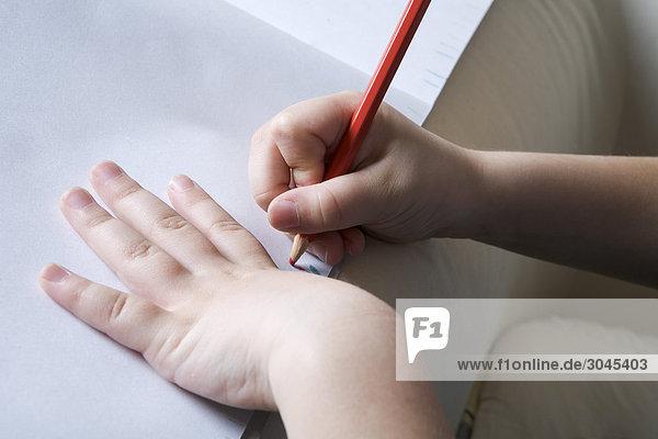 Nahaufnahme des jungen Mädchens Zeichnung auf Papier Nahaufnahme des jungen Mädchens Zeichnung auf Papier