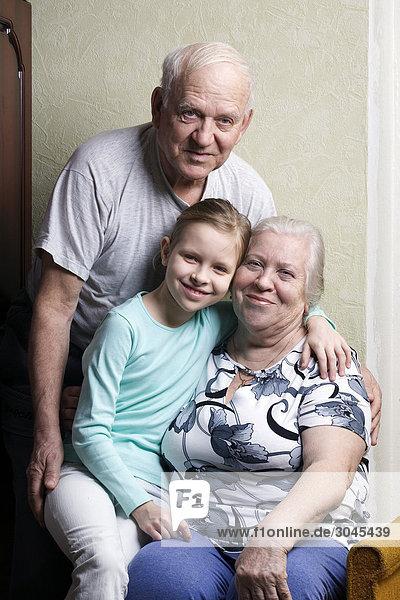 Portrait von reifes Paar mit Enkelin