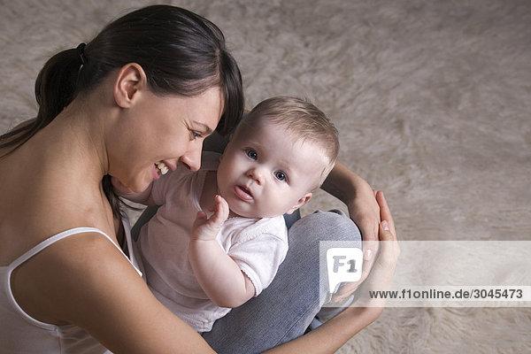 junge Mutter mit ihrem baby junge Mutter mit ihrem baby