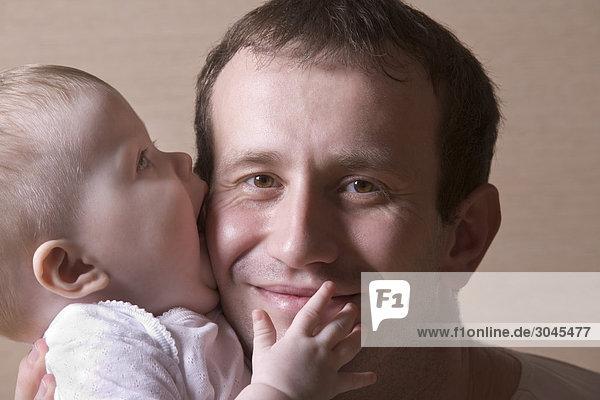 Porträt jungen Vaters mit Baby