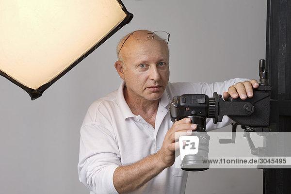 Portrait des Fotografen in seinem Atelier