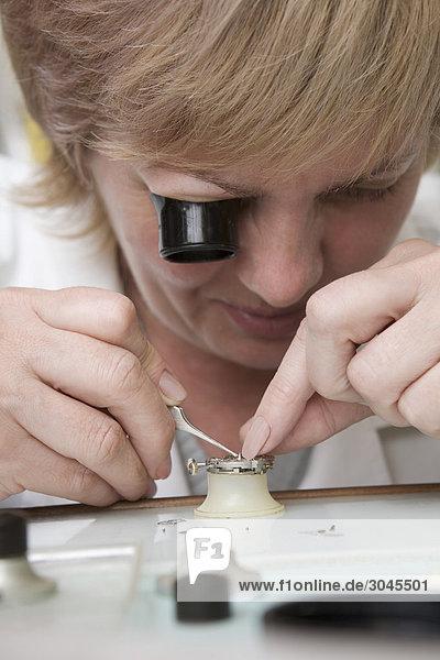 Porträt von weiblichen Uhrmacher bei der Arbeit