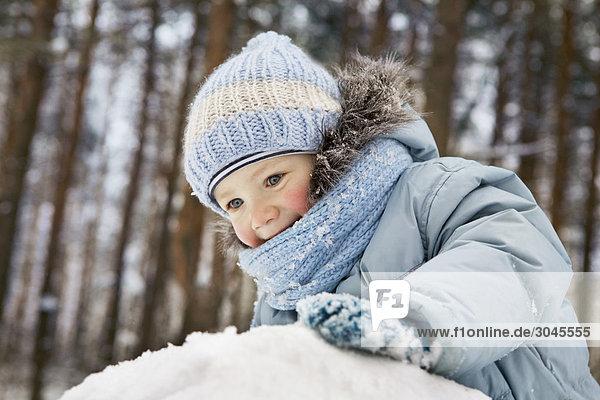 Porträt des jungen Mädchens im Winterwald