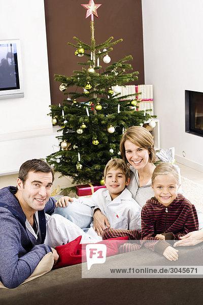 Porträt der Familie vor der Weihnachtsbaum