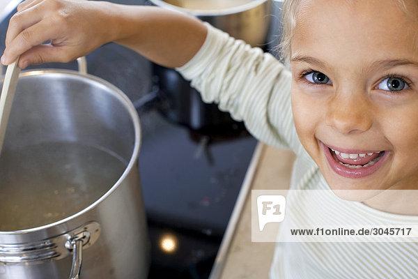 junges Mädchen in Küche kochen junges Mädchen in Küche kochen