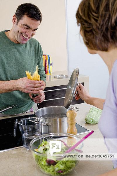 paar Spaghetti zusammen in Küche kochen