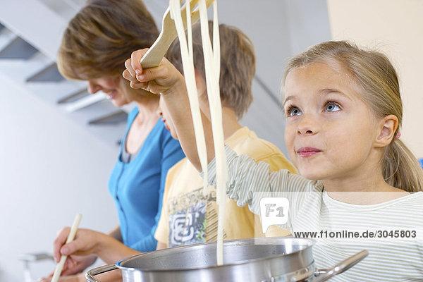 Porträt des jungen Mädchens Nudeln Kochen Porträt des jungen Mädchens Nudeln Kochen