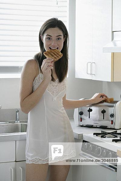 Frau in der Küche Essen Toastbrot