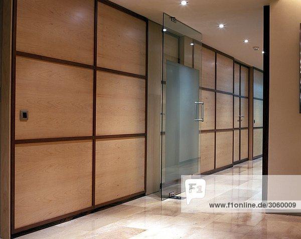 Blick auf Holztüren Office Kabinen
