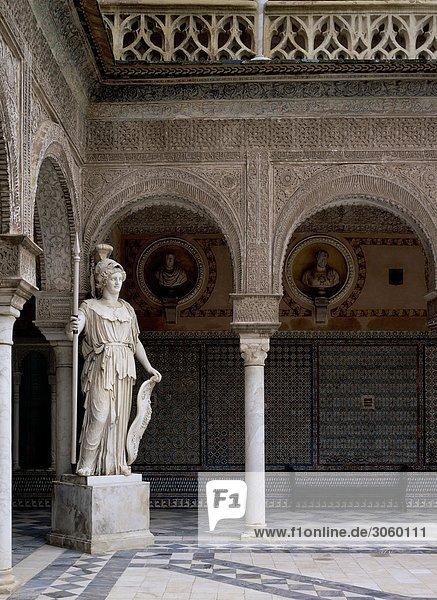 Traditionellen Innenhof mit Statue  Casa Pilatos  Sevilla  Spanien