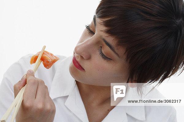Frau beim Sushi essen